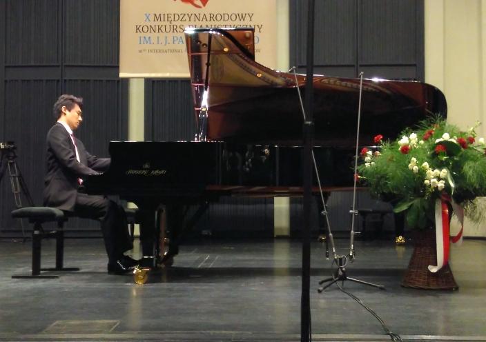 第10回パデレフスキ国際ピアノコンクールで、カワイフルコンサートピアノSK-EX</br>を弾いた 秋元孝介さんが、ポーランド人作品最優秀演奏賞を受賞